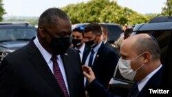 Израелскиот премиер Нафтали Бенет со американскиот секретар за одбрана Лојд Остин во Пентагон на 25 август 2021 година