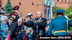 Президент России Владимир Путин с ветеранами Второй мировой войны, прибывших на Парад Победы, Москва, 24 июня 2020 года