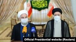 Dosadašnji iranski predsjednik Hasan Rohani (lijevo) i njegov nasljednik Ebrahim Raisi u prvom obraćanju medijima nakon izbora, Teheran (19. juni 2021.)