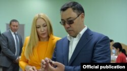 Антонина Бабосюк и президент Садыр Жапаров на предприятии «Кыргызалтын Ювелирпром».
