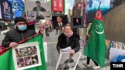 Türkmen aktiwistleri Nýu-Ýorkda protest bildirýär. TH-nyň suraty