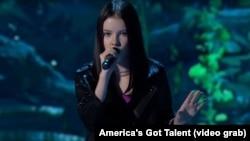На кадре из видео — казахстанская исполнительница песен Данэлия Тулешова выступает на американском шоу талантов America's Got Talent.