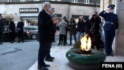Članovi Predsjedništva Bosne i Hercegovine Željko Komšić i Šefik Džaferović položili cvijeće kod spomen-obilježja Vječna vatra povodom Dana grada Sarajeva, 6.april 2021