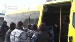 """""""Жіберіңдер!"""". Әкімдік алдында ондаған адамды полиция ұстады"""