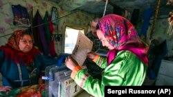 În Rusia se poate vota anticipat. O femeie votează într-o tabără de vânătoare aflată la 2.200 de km de Moscova, în regiunea Tiumen. 9 septembrie 2021.