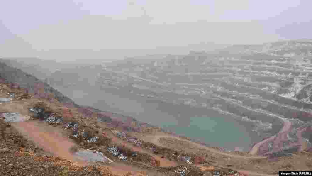 Общий вид озера в Кадыковском карьере. Из-за достижения уровня залегания грунтовых вод карьер был закрыт в начале 2000-х. После чего в воронке карьера образовалось пресноводное озеро. Оно является самой низкой точкой Севастополя – 14 метров ниже уровня моря