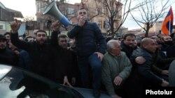 Lider opozicije Ishkhan Saghatelian ispred zgrade parlamenta 9. marta