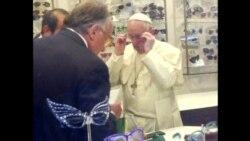 Папа Франциск зашел в магазин в Риме за очками
