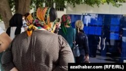 Hususy lukmançylyk klinikasynyň howlusyndaky nobat. Aşgabat, 2021-nji ýylyň iýun aýy.