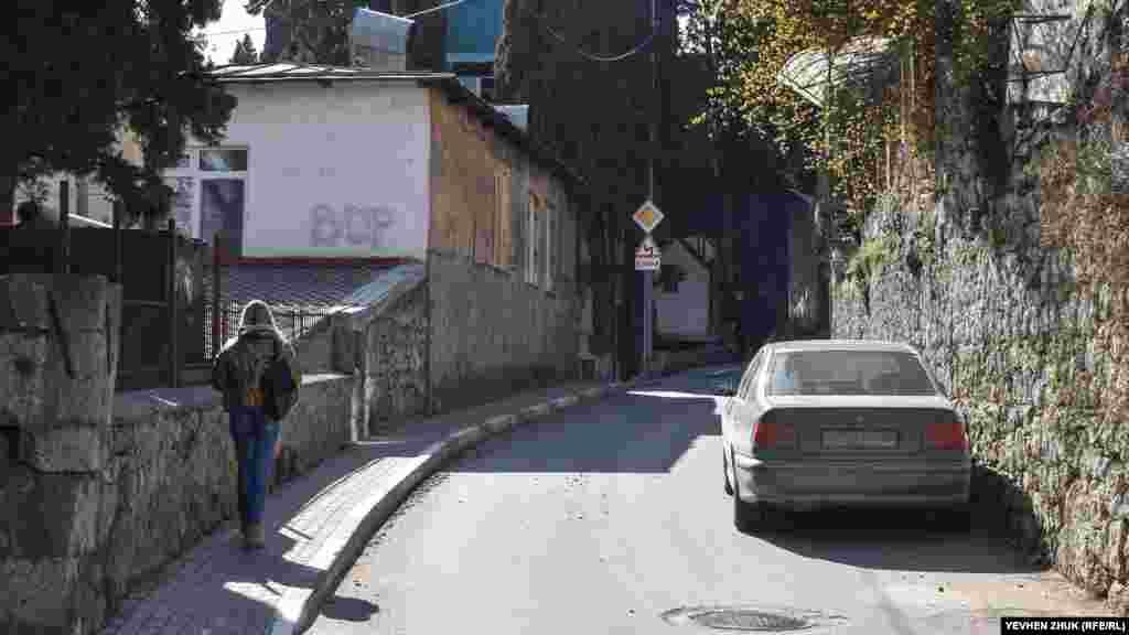 У XIX столітті тут пролягав путівець від села Аутка (тепер селище Чехова) до села Дерекой (тепер Ущельне). Уздовж лівого боку дороги тяглися виноградники. У 1880-х роках, коли по обидва боки дороги з'явилися перші дачі, частина її стала називатися Аутською, а інша частина – Садовою вулицею. За радянських часів Аутська вулиця була перейменована на вулицю Кірова
