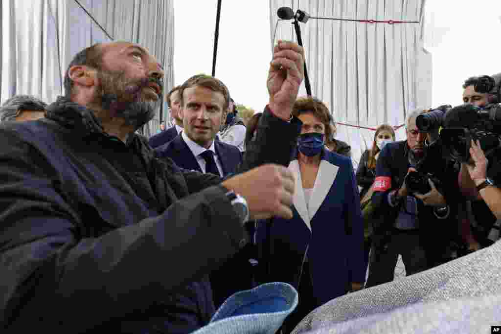 Владимир Явашев разговаря с Еманюел Макрон по време на откриването на инсталацията.