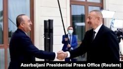 თურქეთის საგარეო საქმეთა მინისტრი, მევლუთ ჩავუშოღლუ და აზერბაიჯანის პრეზიდენტიბ ილჰამ ალიევი. ბაქო, 2020 წლის 6 ოქტომბერი.