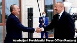 Министр иностранных дел Турции Мевлют Чавушоглу (слева) и президент Азербайджана Ильхам Алиев, Баку, 6 октября 2020 г.