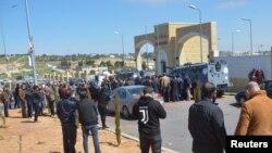 Роднини на починатите се собираат пред болницата во Салт, Јордан