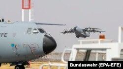 A német légierő Kabulba tartó repülőgépe felszáll az üzbegisztáni Taskent repülőterén 2021. augusztus 22-én