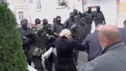 Протести в Білорусі: автомати, гранати і сльозогінний газ – силовики арештовують людей (відео)