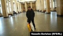 Полковник Йосиф Топуридзе в сградата на Съдебната палата в София, заедно с вещите си, подготвени за евентуален арест. 17 март 2021 г.