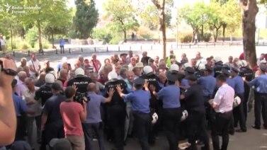 Podgorica: Bivši radnici KAP-a pokušali na silu ući u Skupštinu