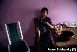 Жительница Хивы в своем доме