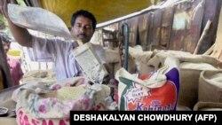 Индија - Маж продава ориз на пазар.