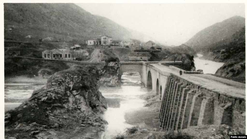 A photo of the span around the late 1800s after it was rebuilt with sturdy stone arches.