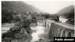Фотография моста, сделанная в конце 1800-х годов. К тому времени мост укрепили прочными каменными арками.