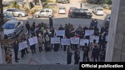 БШКнын алдындагы митинг. БШКнын мүчөсү Кайрат Осмоналиев тарткан сүрөт. Бишкек шаары. 26-октябрь, 2020-жыл.