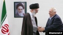 در دیدار با علی خامنهای رهبر جمهوری اسلامی در اسفندماه ۸۸