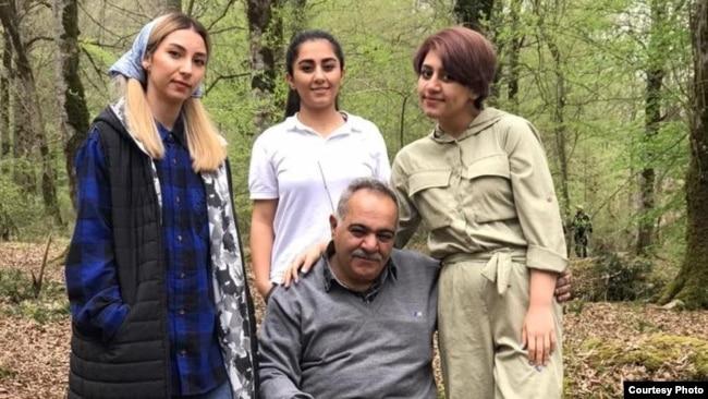 همسر و دختران مریم اکبری منفرد که با تازگی برای دیدار با او به زندان سمنان رفتهاند