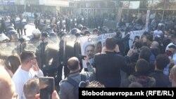 """Демонстрантите залепија постер """"Криминална влада на Северна Македонија"""" на штитовите на полицајците од кордот што го запре протестниот марш"""
