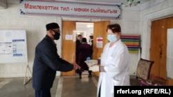 4-октябрдагы добуш берүү пандемия шартында өттү. Бишкек шаары. 2020-жыл.