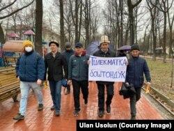 Участники мирного марша «За законность!». С плакатом идет отец активиста Тилекмата Кудайберген уулу – Кудайберген Куренов. Бишкек, 21 марта 2021 г.