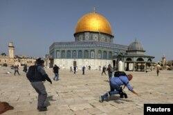 Protestat pranë xhamisë Al-Aksa në Jerusalem. Ky tempull është vendi i tretë i shenjtë për myslimanët.