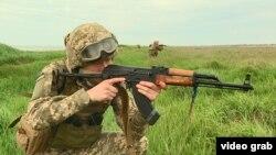 Морські піхотинці відпрацьовують патрулювання морського узбережжя в районі Скадовська, 29 квітня 2021 року
