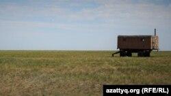 Оразақ ауылы маңында далада тұрған вагон. Ақмола облысы, 11 маусым 2021 жыл.