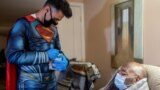 Čovjek star 101 godinu, Donald B. Williams, prima vakcinu protiv COVID-19 u svom domu u Collegevilleu, Pennsylvania, dok mu doktor Mayank Amin ispisuje potvrdu na kartici za vakcinaciju, 29. april, 2021.