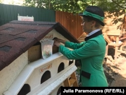 Котошеф делает уборку в кошачьем домике
