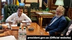 Volodimir Zelenszkij ukrán elnök és Ihor Kolomojszkij oligarcha (a kép jobb oldalán) találkozója az elnöki hivatalban, Kijevben 2019. szeptember 10-én