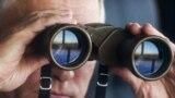 Президент Росії Володимир Путін у бінокль спостерігає за основним етапом військових навчань «Схід-2018» на полігоні «Цугол», 13 вересня 2018 року