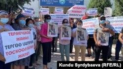 Митинг у здания Иссык-Кульского областного суда. 13 июля 2021 года.