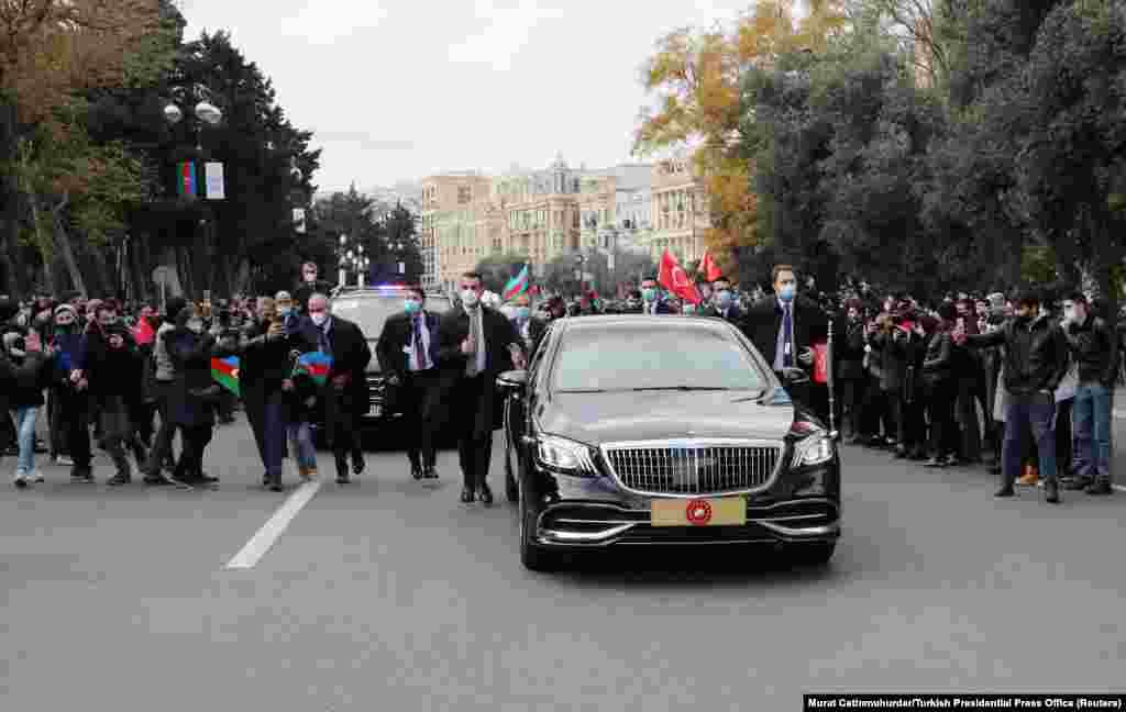 Автомобиль везет президента Турции Реджепа Тайипа Эрдогана по улицам Баку. Многие считают, что конфликт укрепил геополитическое положение Турции на Кавказе, бросив вызов традиционному доминированию России в регионе