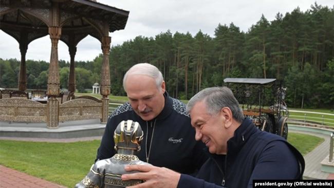 Білоруський «лідер» з президентом Узбекистану Шавкатом Мірзійоєвим у резиденції «Заславль»