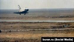 Момент посадки многоразового орбитального корабля «Буран». Космодром Байконур, 15 ноября 1988 года