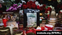 Акцыя памяці Рамана Бандарэнкі, які загінуў пасьля таго, як быў пабіты невядомымі і дастаўлены ў міліцыю. «Двор перамен» каля дома, дзе жыў Раман Бандарэнка.