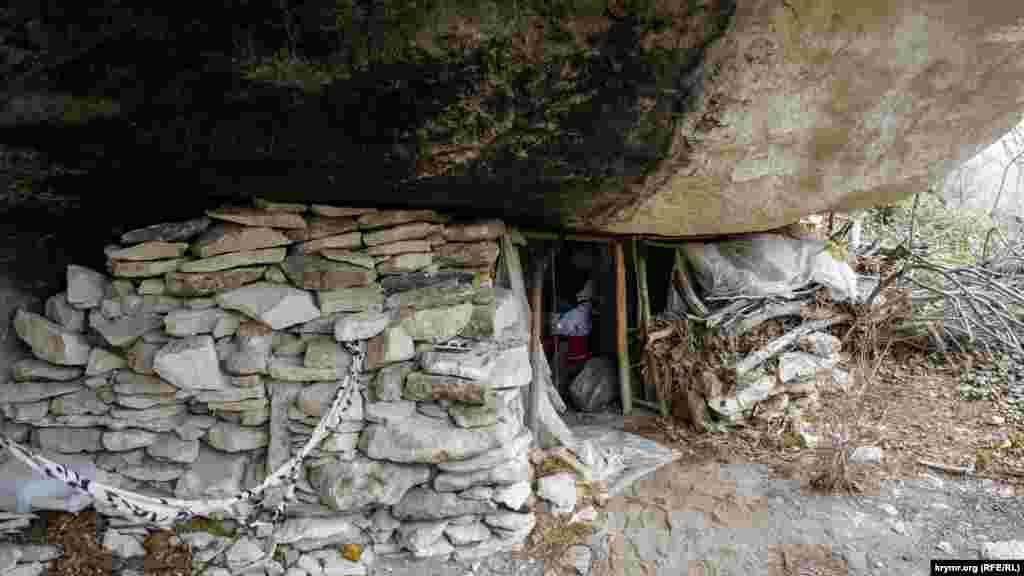 Под каменным навесом в глубине ущелья следы недавнего обитания современного отшельника или просто туриста-одиночки