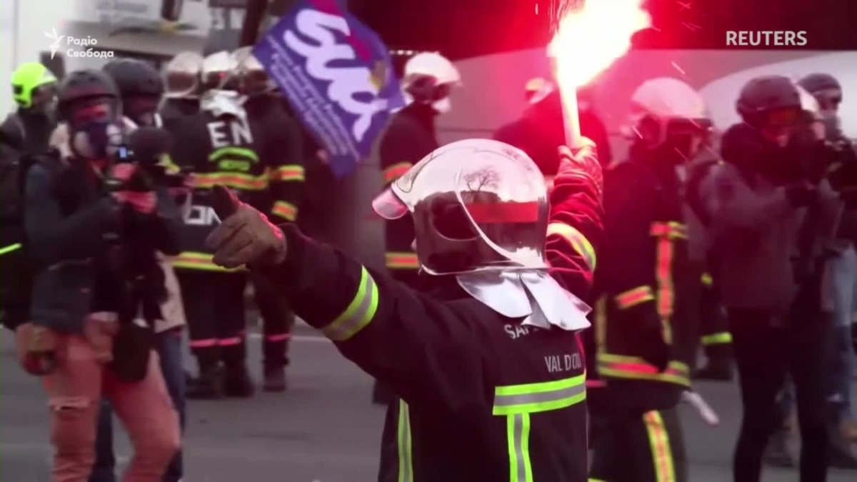 Протесты в Париже. Произошло столкновение между пожарными и полицейскими (видео)
