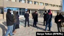 Жители города Жанаозена, а также представители акимата и местной прокуратуры у здания городской администрации. Жанаозен, 14 декабря 2020 года.