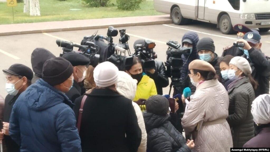 Люди с инвалидностью выступают перед репортерами. Нур-Султан, 12 октября 2020 года.