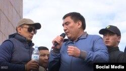 Бекдоолот Абакиров рядом с мэром Оша Таалайбеком Сарыбашовым. 7 октября 2020 года.
