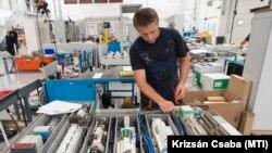 Dolgoznak a nyergesújfalui MegaWatt Villamosipari Kft. üzemében 2021. július 15-én